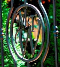 Inicjały w ogrodzeniu